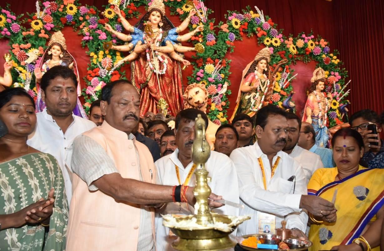 <p>मुख्यमंत्री रघुवर दास ने रांची के भारतीय युवक संघ (बकरी बाजार) के पूजा पंडाल का उदघाटन कर मां दुर्गा की पूजा-अर्चना की। जगत जननी माँ भवानी से झारखण्ड में खुशहाली की कामना की। समस्त…