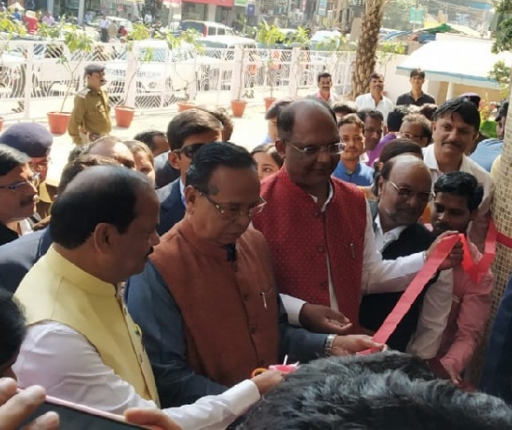 <p>Chief Minister Raghubar Das inaugurated newly constructed Atal Smridhi Vendor Market in Ranchi and said 'by 2022, footpath shopkeepers will not be visible'.</p>…