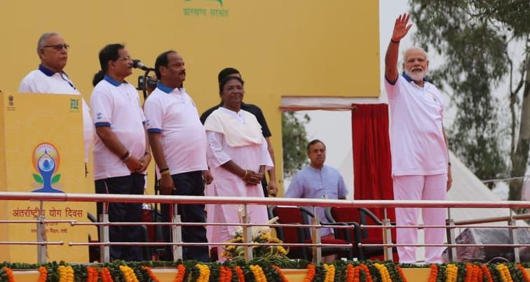 <p>प्रधानमंत्री नरेंद्र मोदी का स्वागत कार्यक्रम स्थल में शंख बजाकर किया गया. योग प्रेमियों ने जोरदार तालियों के साथ प्रधानमंत्री का किया कार्यक्रम स्थल पर स्वागत. प्रधानमंत्री श्री…