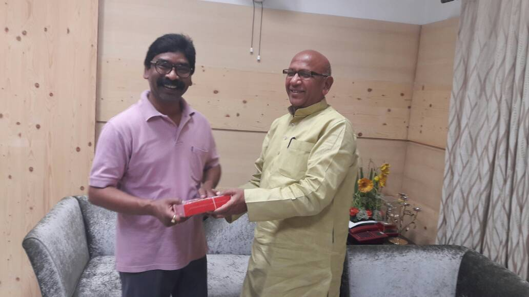 <p>BJP leader and Minister Saryu Rai met JMM leader and leader of opposition Hemant Soren and opined that Shibu Soren is a 'mass leader' who is described as 'dishum guru',appealed…