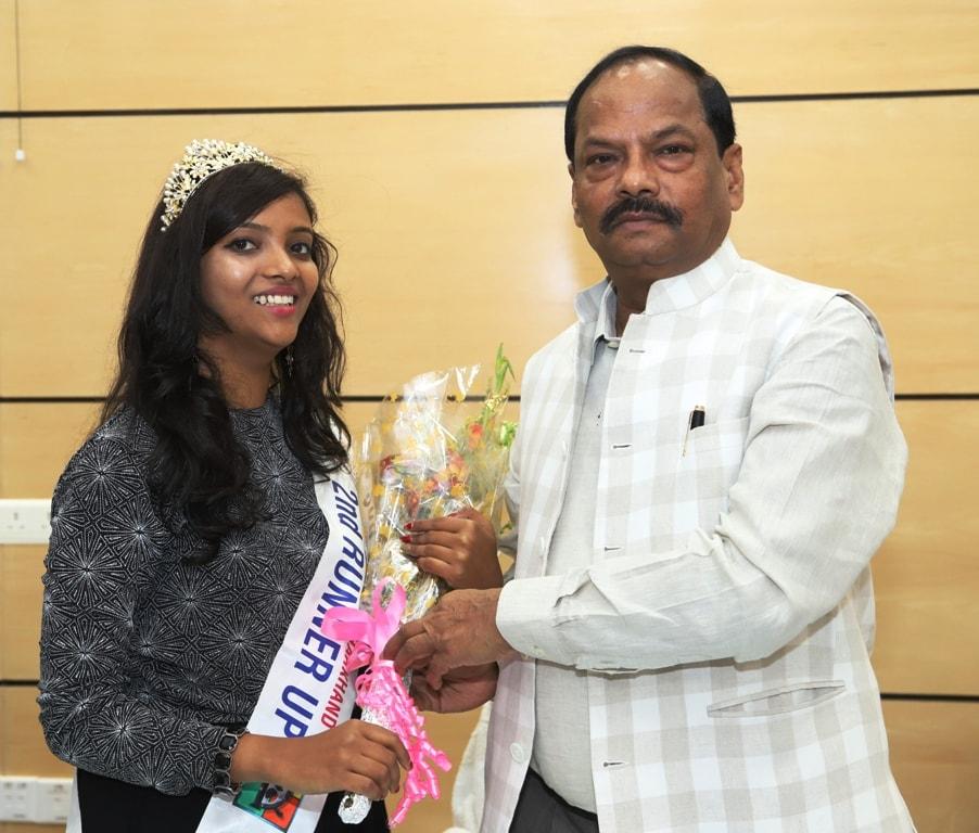 <p>मुख्यमंत्री रघुवर दास से डेलीवुड मिस इंडिया झारखण्ड की सेकण्ड रनर अप सुश्री राखी परमार को अपने विवेकाधीन मद से एक लाख रूपये दिये जाने की घोषणा की।</p>