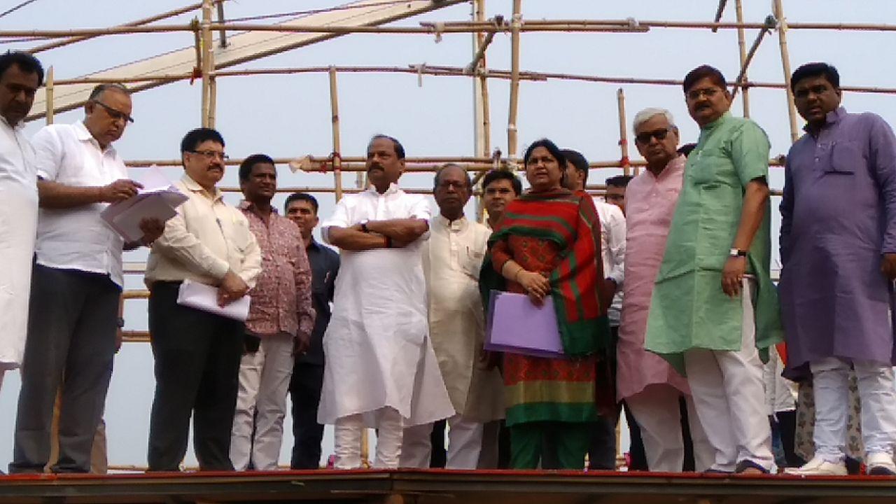 <p>प्रधानमंत्री नरेंद्र मोदी के बलियापुर दौरे की तैयारियों का जायजा लेने पहुँचे सुबे के मुख्यमंत्री रघुवर दास,साथ मे हैं सांसद ,विधायक और अधिकारीगण बलियापुर सभास्थल का कर रहे…