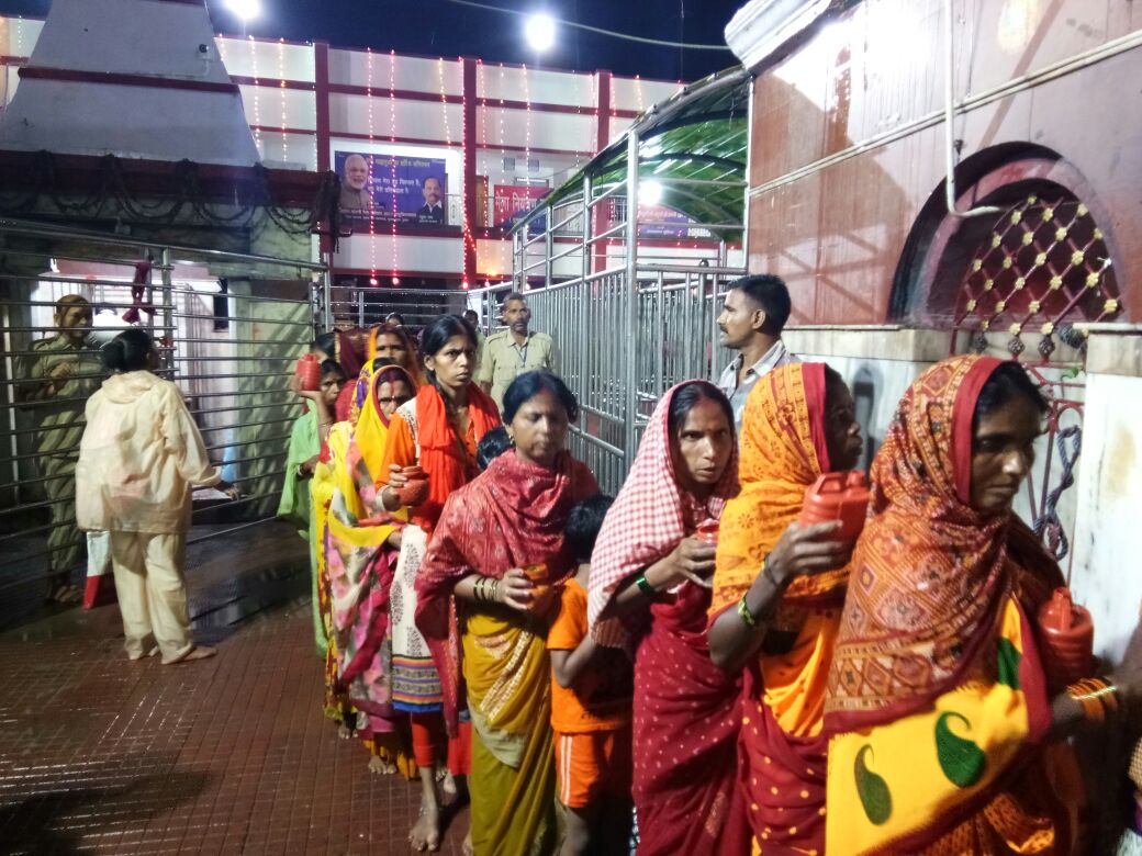 <p>Devotees lined up to offer holy water over Bhagwan Shiva at Baidyanath Dham temple in Deoghar,Jharkhand</p>