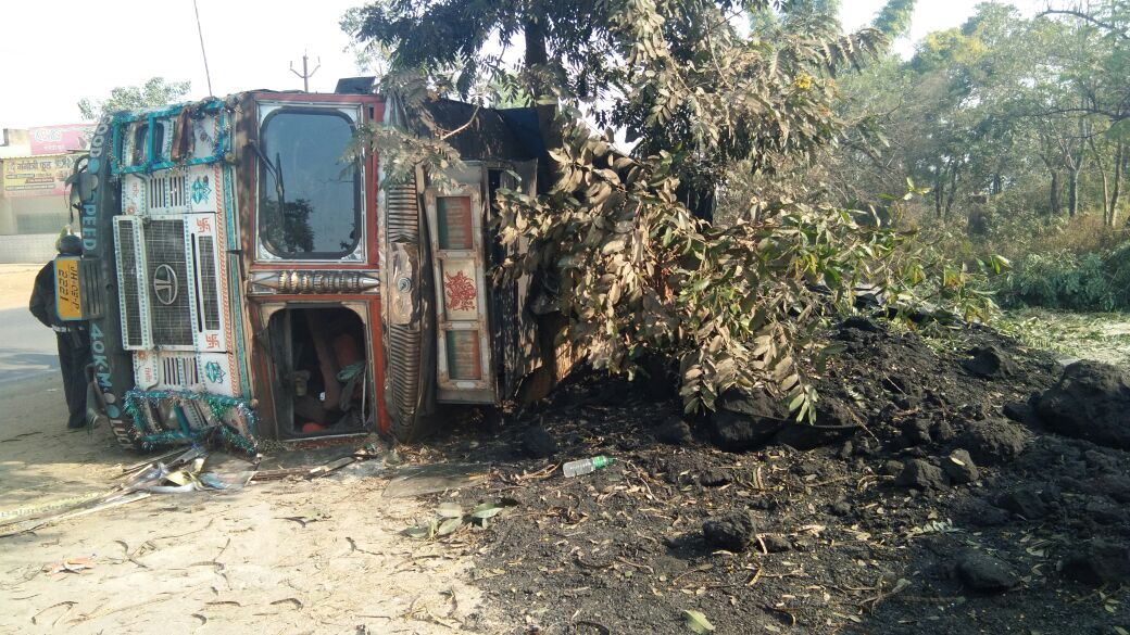 <p>On Sunday morning a coal laden truck overturned near Saparom Gangotri Hotel under Ranchi's Nagri police station area.The driver and his helper were lucky to receive only minor…