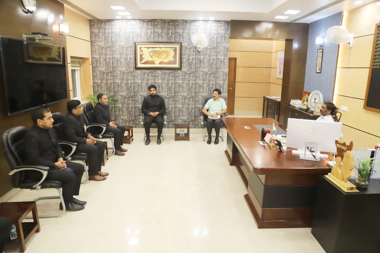 <p>मुख्यमंत्री श्री हेमन्त सोरेन से 2019 बैच के भारतीय प्रशासनिक सेवा के प्रशिक्षु अधिकारियों ने शिष्टाचार भेंट की। मुख्यमंत्री ने सभी प्रशिक्षु अधिकारियों को शुभकामनाएं देते हुए उनके…