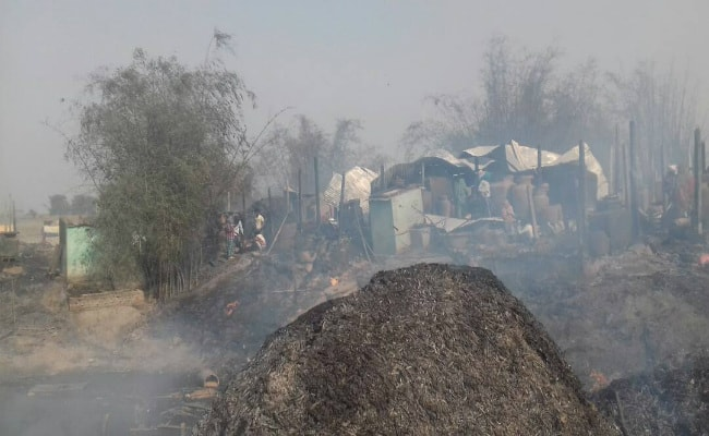 <p>Massive fire broke out near the Ganga river bank located along Lalbathani Mansur Tola in Sahibgunj.As many as 121 houses were set ablaze.</p>