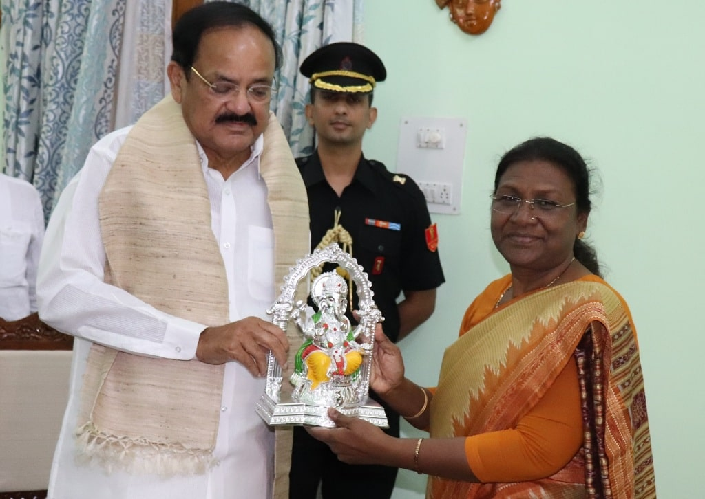 <p>Governor Draupadi Murmu presented a souvenir to Hon'ble Vice President of India Venkaiah Naidu during his One-day visit to Jharkhand on Thursday.</p>