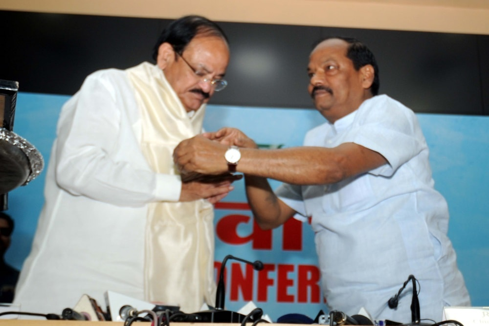 <p>Union Minister for Information & Broadcasting M Venkaih Naidu being welcomed by Jharkhand Chief Minister Raghubar Das (R) and Secretary MoUD, GoI Rajiv Gauba during a meeting…