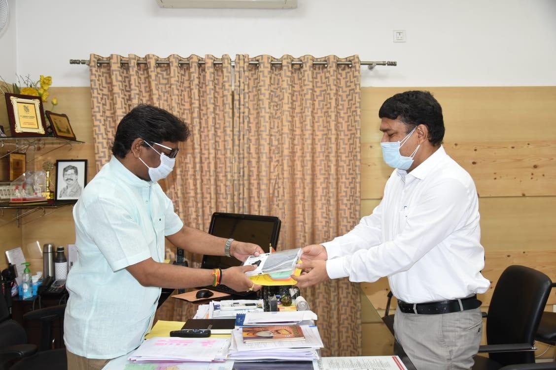 <p>मुख्यमंत्री आवासीय कार्यालय में आज मुख्यमंत्री श्री हेमन्त सोरेन से ग्रामीण विकास विभाग के सचिव श्री मनीष रंजन ने शिष्टाचार मुलाकात की।</p>