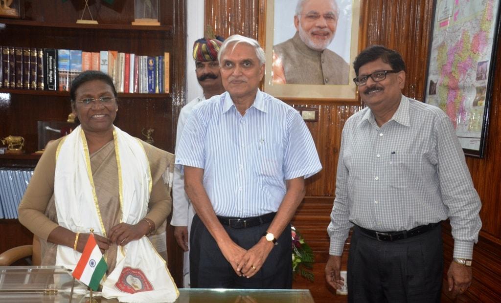 <p>माननीया राज्यपाल द्रौपदी मुर्मू से बी0आई0टी0 मेसरा के कुलपति मनोज कुमार मिश्रा ने आज दिनांक 30/07/2018 को राजभवन में शिष्टाचार भेंट की |</p>