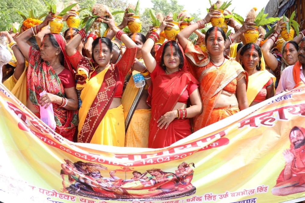 <p>महायज्ञ के लिए निकली कलश यात्रा , 750 महिलाओं ने कलश यात्रा में लिया भागगाजे बाजे के साथ श्रद्धालु हुए शामिल I</p>