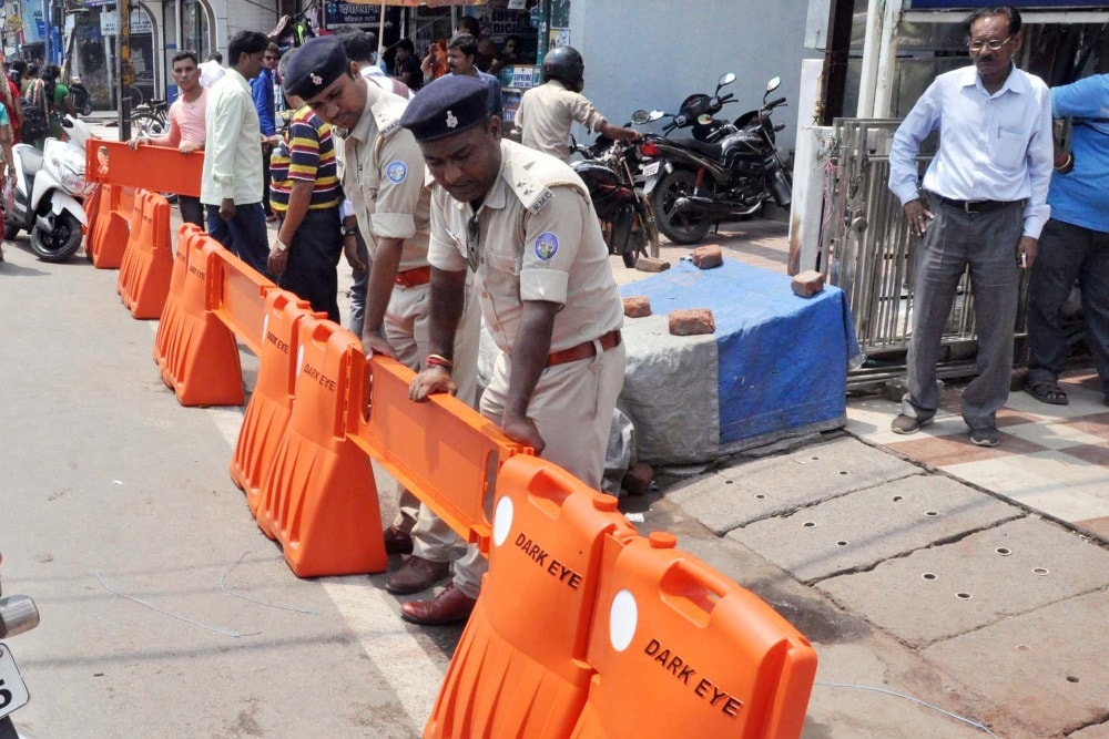 <p>Police personnel is putting for new traffic barricading system at Mahatma Gandhi road in Ranchi.</p>