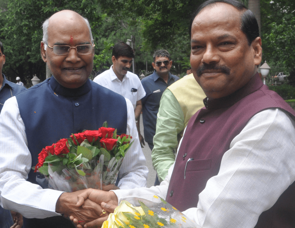 <p>NDA Presidential candidate Ramnath Kovind welcomed by Jharkhand Chief Minister Raghubar Das (R) during his arrival in Ranchi on Thursday.</p>