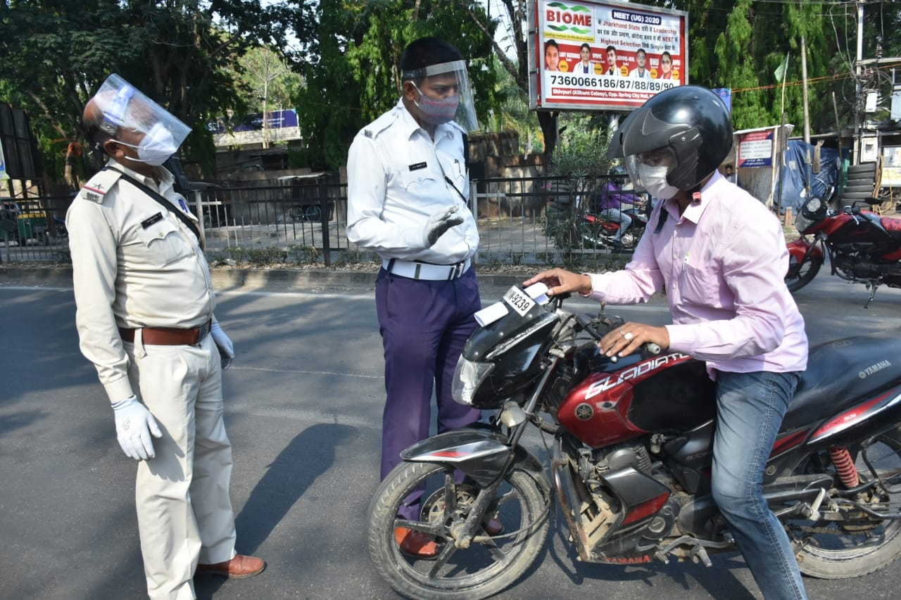 <p>Ranchi traffic police stop bikers and ask them the purpose of them being on the road during complete lockdown in Ranchi on Thursday.</p>
