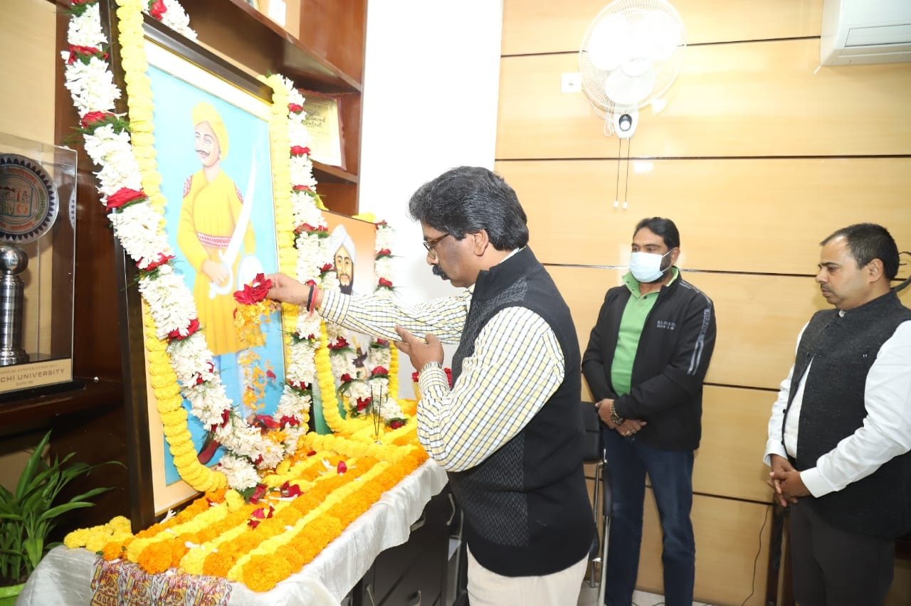 <p>CM Hemant Soren paid floral tributes to the martyrs Veer Shaheed Sheikh Bhikhari and Tikait Umrao Singh by placing a wreath on their photo on dated 08/01/2021</p>