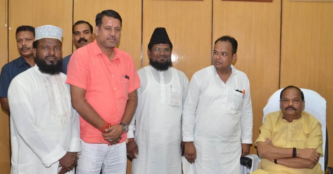 <p>मुख्यमंत्री रघुवर दास से कृषि मंत्री रणधीर सिंह के नेतृत्व में मुस्लिम समुदाय का एक प्रतिनिधिमंडल विधानसभा स्थित कार्यालय में मिला। इस अवसर पर प्रतिनिधिमंडल ने राज्य में मदरसों…