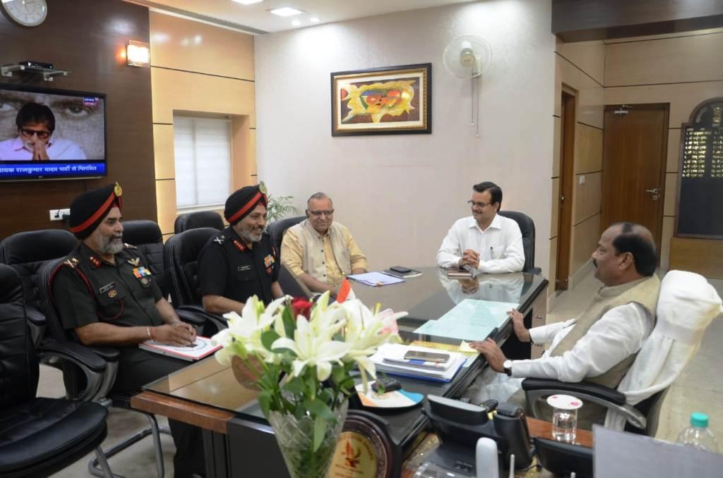 <p>मुख्यमंत्री रघुवर दास से झारखंड मंत्रालय में लेफ्टिनेंट जनरल तरनजीत सिंह (VSM GOC1 CORPS) एवं मेजर जनरल रुपेंद्र सिंह (VSM GOC 23 INF DIV.) ने शिष्टाचार मुलाकात की |</p>