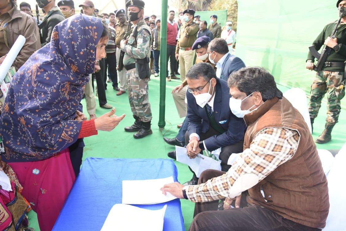 <p>मुख्यमंत्री श्री हेमन्त सोरेन ने आज साहेबगंज जिला के पतना प्रखंड के धर्मपुर स्थित अपने आवास में आम लोगों की समस्याएं सुनी । इस दौरान लोगों ने अपनी समस्याओं को लेकर मुख्यमंत्री को…