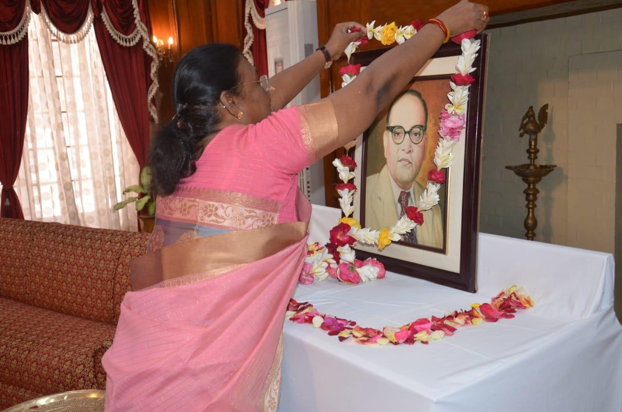 <p>माननीया राज्यपाल द्रौपदी मुर्मू ने भारतरत्न बाबा साहब भीमराव अंबेडकर की जयंती पर आज राज भवन में उनके चित्र पर माल्यार्पण कर अपनी श्रद्धांजलि अर्पित की।</p>