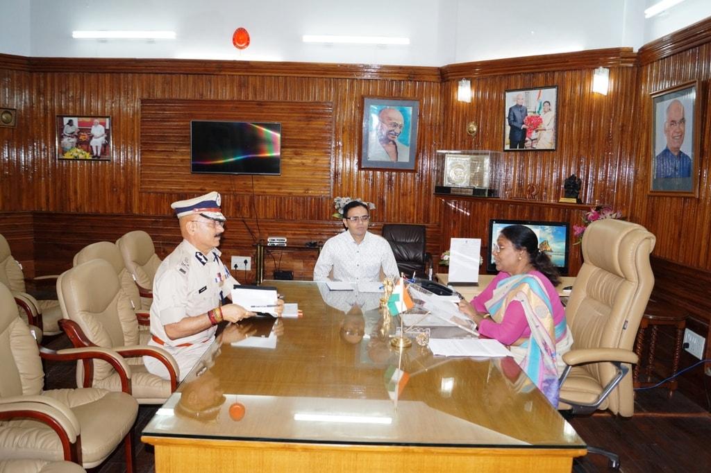 <p>माननीया राज्यपाल द्रौपदी मुर्मू ने आज पुलिस महानिदेशक डी के पांडेय से राजभवन में गंभीर मुद्दों पर चर्चा की।</p>