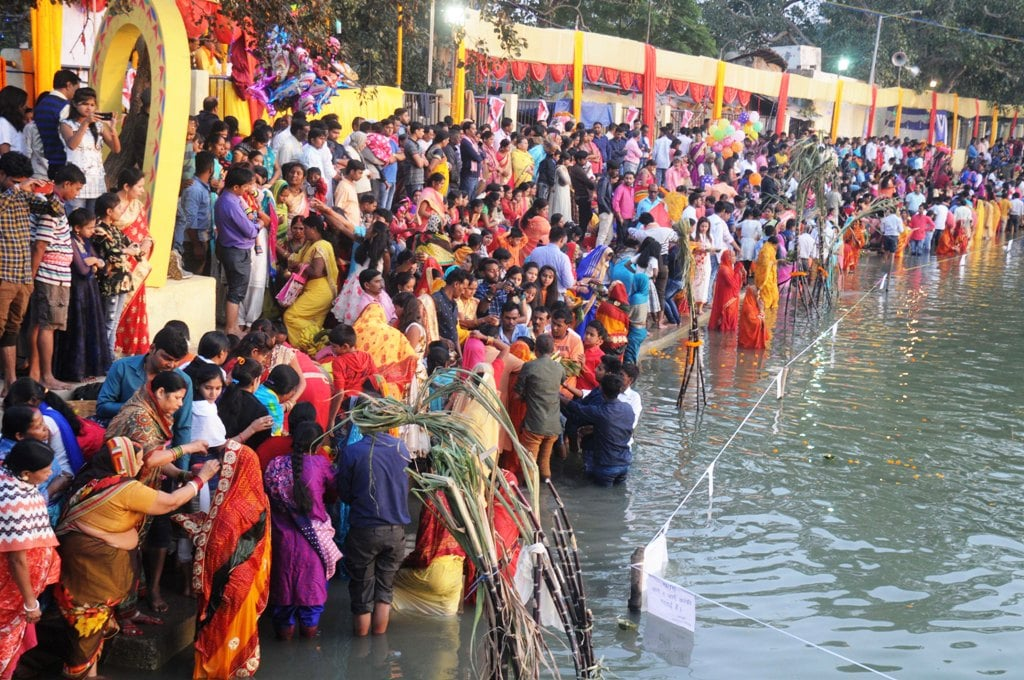 <p>Devotees offer prayers and perform rituals at Bunos Talab Bahubazar, Ranchi with this the 4-day long Chhath festival concluded.</p>