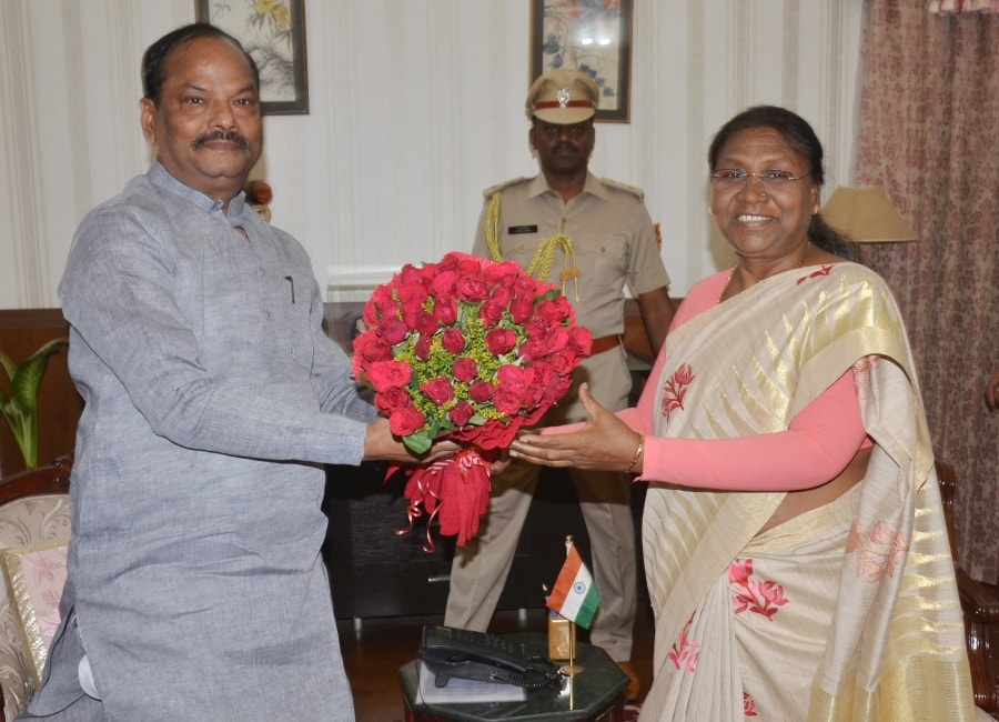 <p>Jharkhand Chief Minister Raghubar Das met Governor Draupadi Murmu and handed over a bouquet of red rose flowers.</p>
