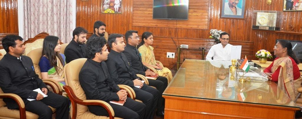 <p>माननीया राज्यपाल द्रौपदी मुर्मू से आज 2016 बैच के आई.ए.एस. प्रशिक्षुओं ने राजभवन में मुलाकात की |</p>