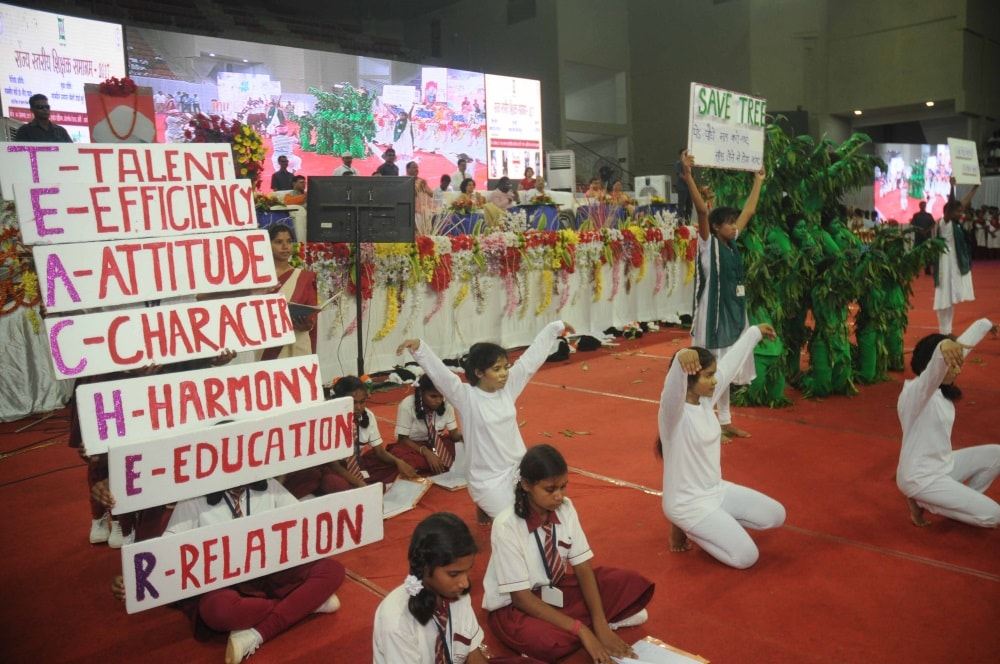 <p>School students performs during Teachers Day program in Ranchi on Tuesday.</p>