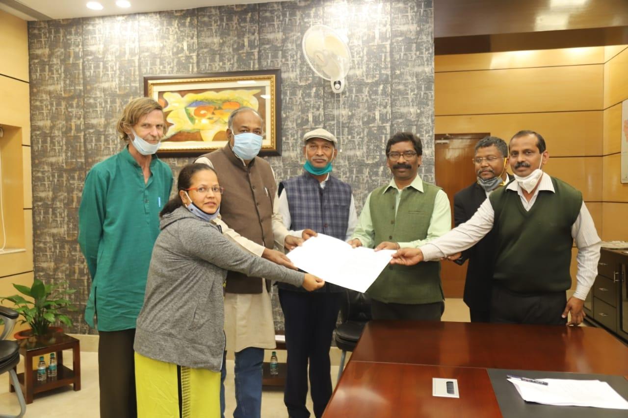 <p>मुख्यमंत्री श्री हेमन्त सोरेन से झारखंड मंत्रालय में राइट टू फूड कैंपेन एवं फिया फाउंडेशन के एक संयुक्त प्रतिनिधिमंडल मुलाकात की।</p>