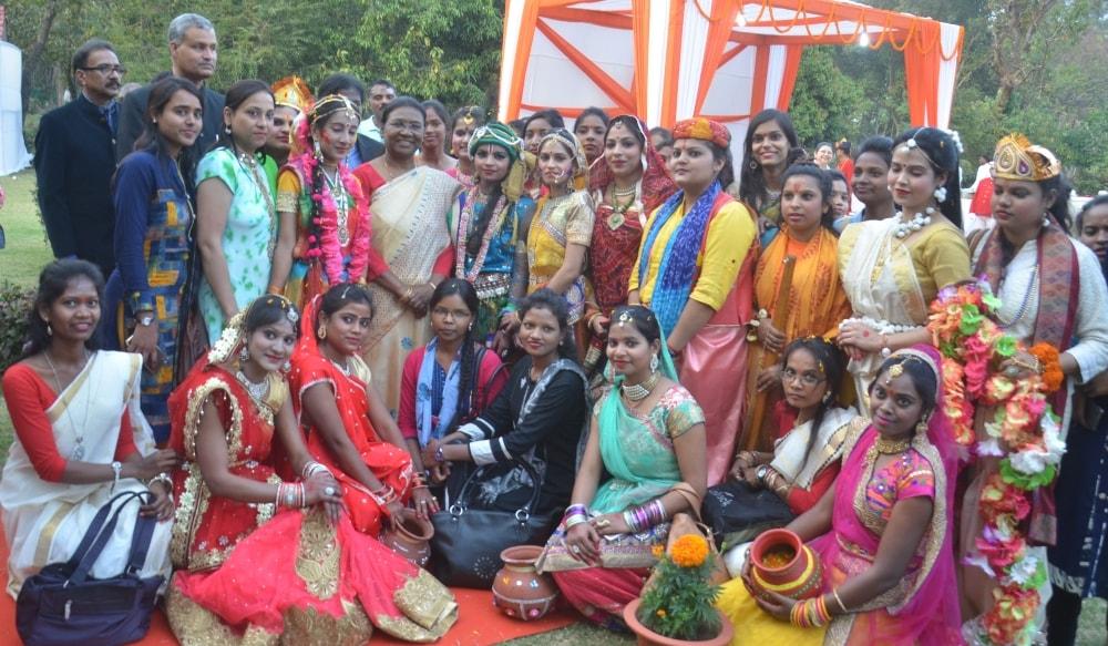 <p>राज्यपाल द्रौपदी मुर्मू ने आज राजभवन के बिरसा मंडप में आयोजित होली मिलन समारोह में उपस्थित लोगों को होली की शुभकामनाएं देते हुए कहा कि त्यौहार जीवन में रंग भरते हैं, प्यार, स्नेह…