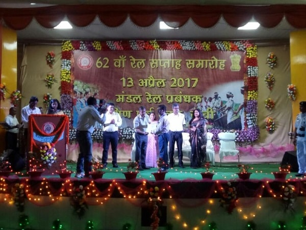 <p>Top performers of the Ranchi-Hatia Division management were awarded on the occasion of 62nd event of South Eastern Railway in Ranchi.</p>