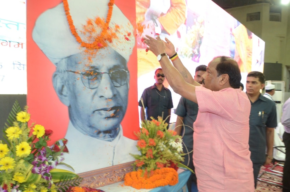 <p>Chief Minister Raghubar Das paying floral tribute at the portrait of former President of India Dr. Sarvapalli Radhakrishnan on the occasion of his birth anniversary in Ranchi. </p>…