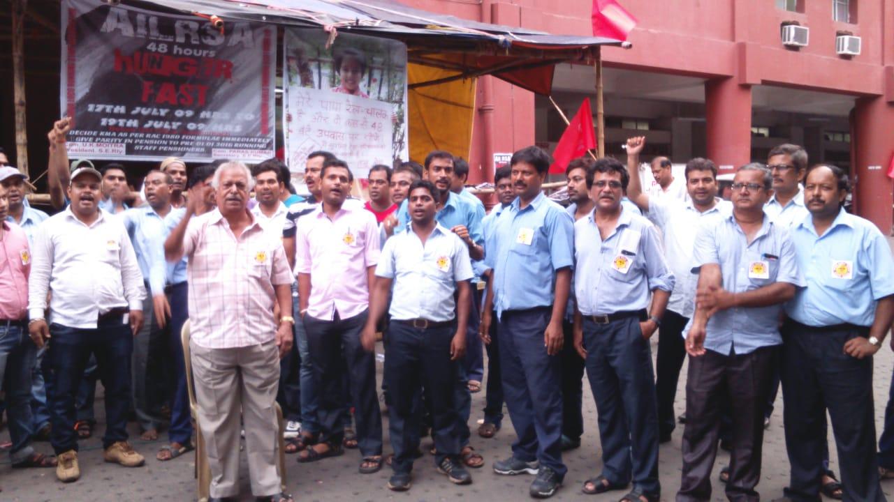 <p>लोको पायलट द्वारा SER के जोनल हेडक्वार्टर गार्डेनरीच कोलकाता में भूख हड़ताल पर रहते हुए प्रदर्शन करते हुए।</p>