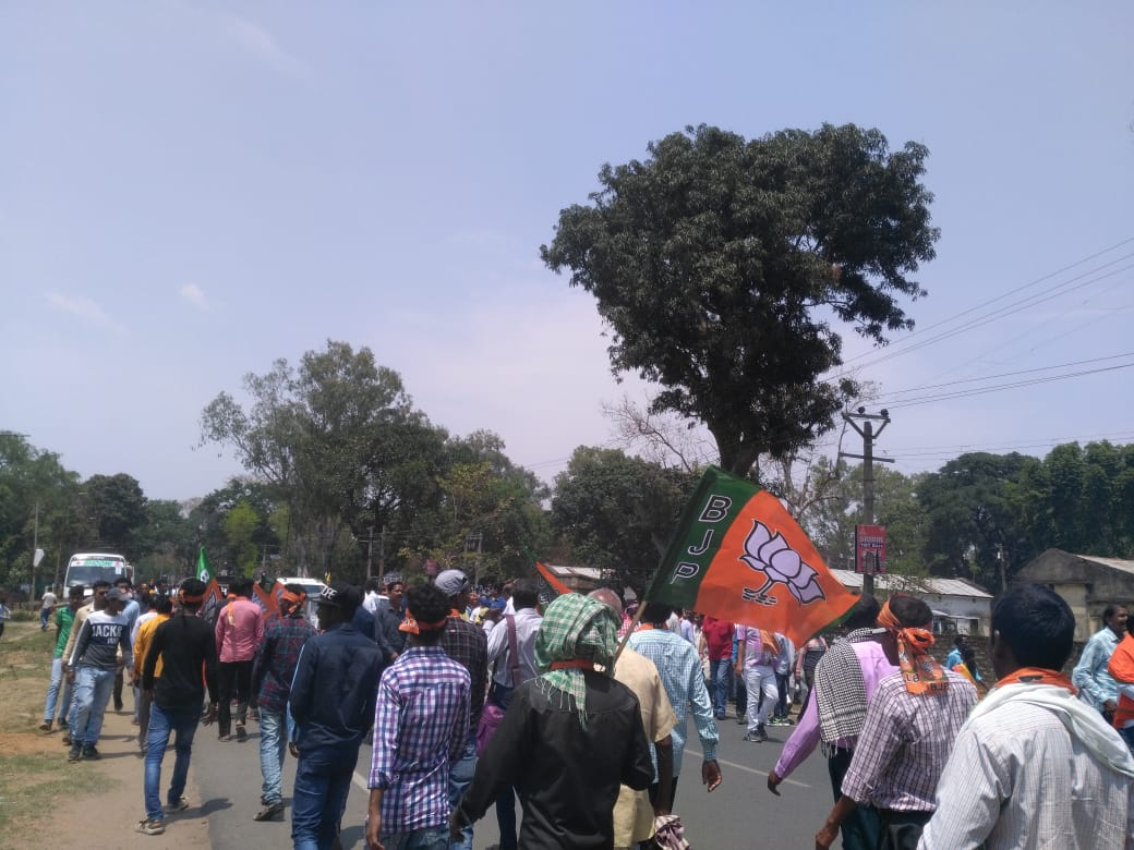 <p>Scores of BJP supporters march towards Khunti Collectorate where former Chief Minister and current Lok Sabha candidate from Khunti constituency, Arjun Munda is to file his nomination…