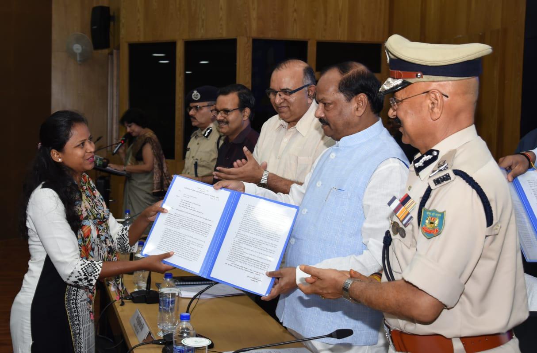 <p>मुख्यमंत्री ने झारखण्ड मंत्रालय में आज 2645 पुलिस अवर निरीक्षकों को नियुक्ति पत्र प्रदान किया। 2645 पदों में से 83 प्रतिशत नियुक्तियां झारखंड के निवासियों की है। 17 प्रतिशत बाहरी…