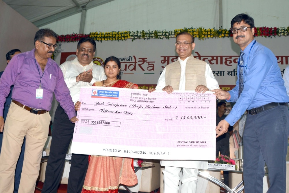 <p>MoS for Civil Aviation Jayant Sinha Executive Director Bank of India Head office A K Das and others handing over a cheque of Rs 1500000.00/=  to  beneficiaries during…