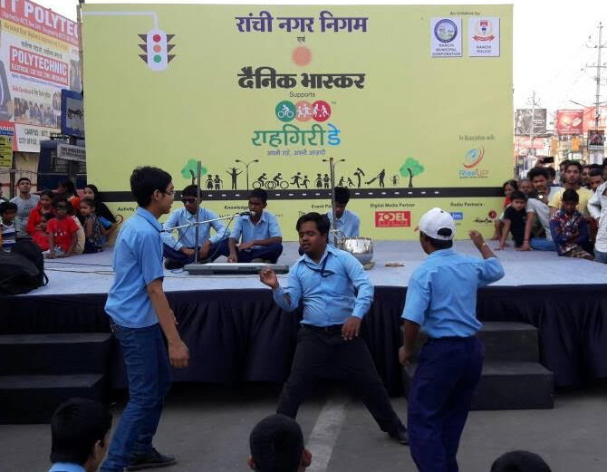 <p>Ranchi Municipal Corporation in league with the police afiliated body 'Rise up' and Hindi daily newspaper Dainik Bhaskar observed a road show-Rahgiri day at MG road in Ranchi.</p>…