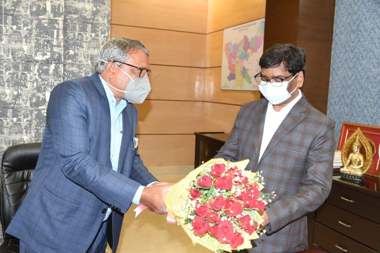 <p>मुख्यमंत्री श्री हेमन्त सोरेन से आज झारखंड मंत्रालय में झारखंड विधानसभा के सचिव श्री महेंद्र प्रसाद ने मुलाकात की। मौके पर विधानसभा सचिव ने मुख्यमंत्री श्री हेमन्त सोरेन को विधानसभा…