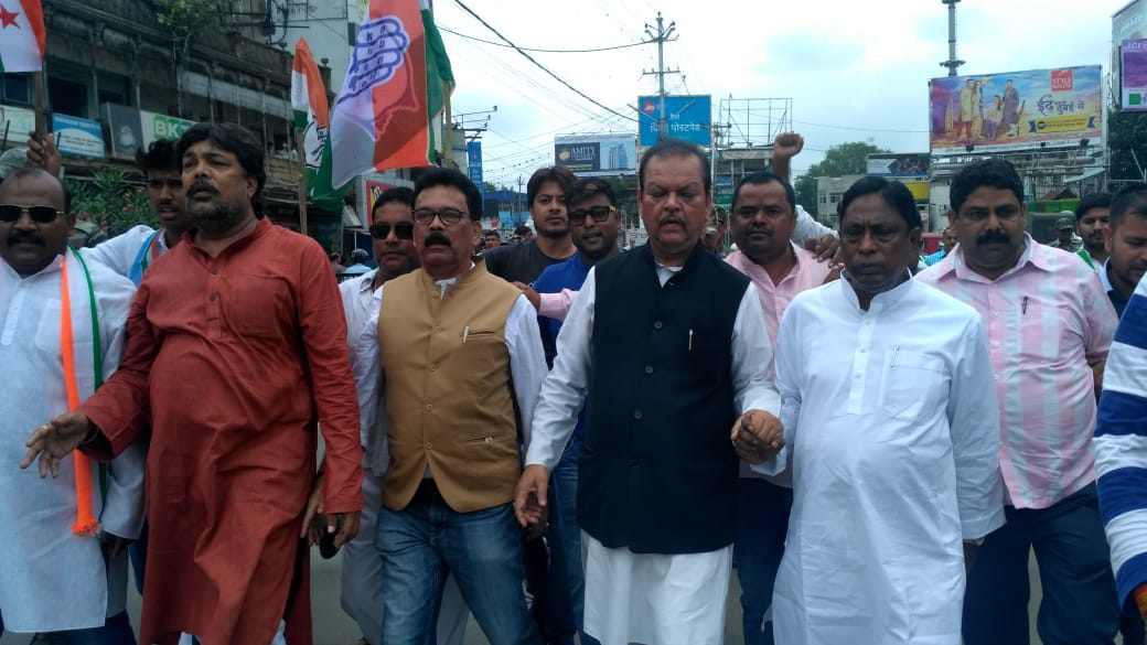 <p>Members & supporters of the opposition party take out a protest march in Ranchi on Thursday during the day-long Jharkhand bandh.</p>