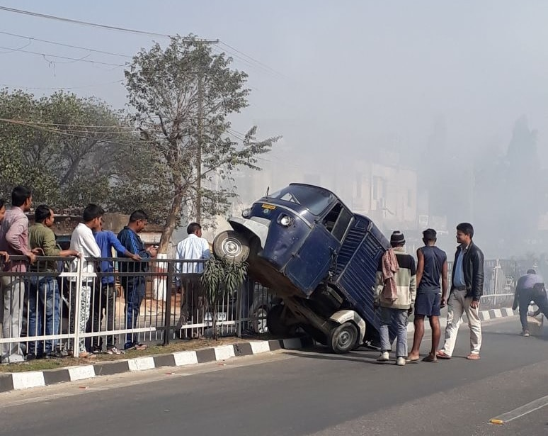 <p>A goods carrier auto rickshaw lost control and rammed into the iron dividers at Birsa Chowk, Ranchi on Saturday morning.Reports indicate that the driver and his helper sufffered…