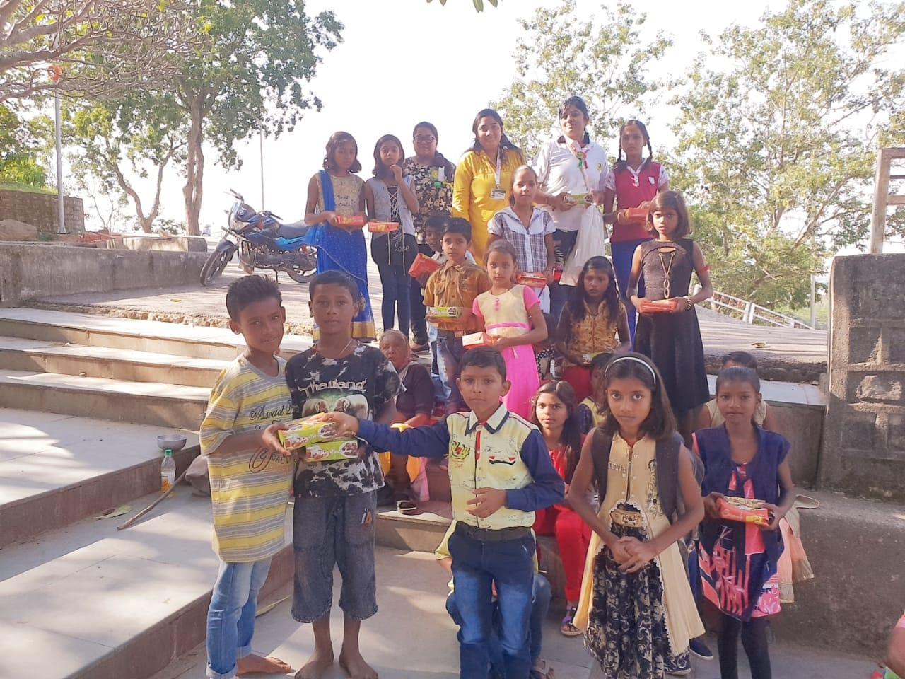 <p>आज फ़ूड डे के उपलक्ष्य में जगन्नाथ पुर मंदिर के परिसर में, हिनू हनुमान मंदिर और बिग बाजार के सामने सशक्त के बच्चों ने 200 गरीबों के बीच खाना का वितरण किया । ग़रीबो को पूरी सब्जी…