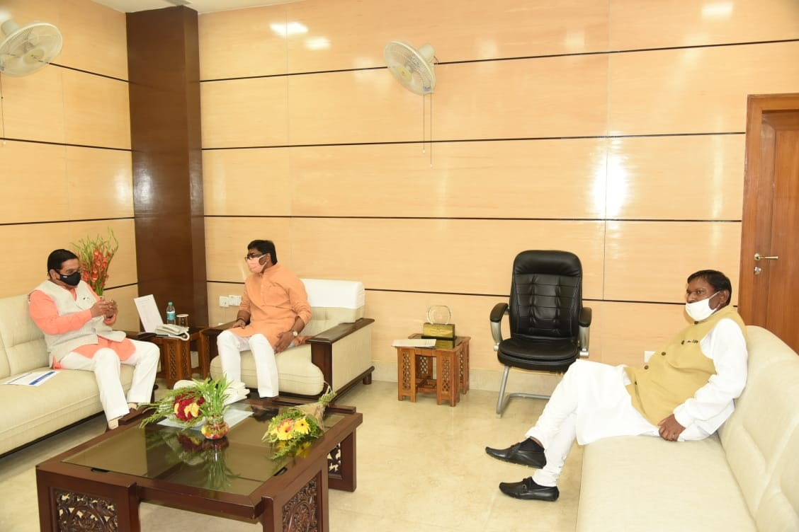 <p>Two Union Ministers-Arjun Munda and Prahlad Joshi met Jharkhand Chief Minister Hemant Soren inside Secretariat in Ranchi on July 30,2020.</p>