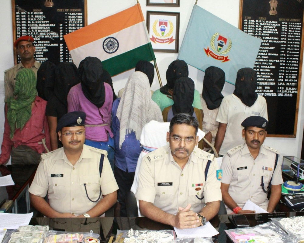 <p>Ranchi SSP Kuldeep Dwivedi (C) led cops not only arrested 7 thieves belonging to a group called Chaddi Vaniyan,but recovered lakhs of rupees worth jewelleries.Seen in the picture…