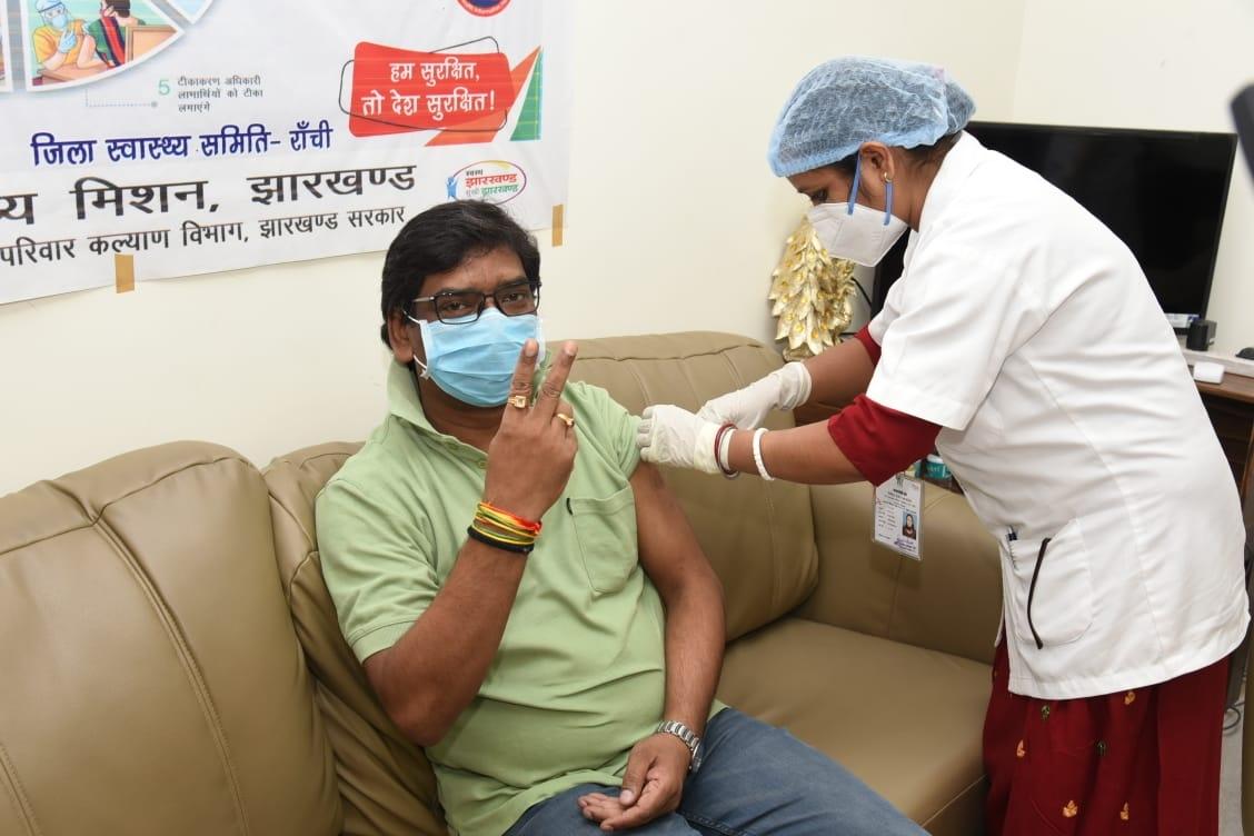 <p>मुख्यमंत्री हेमंत सोरेन कोरोना वायरस से बचाव का vaccine इंजेक्शन लेते हुए</p>