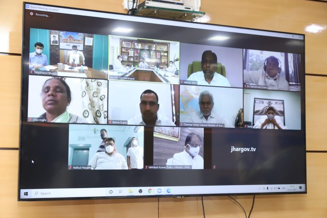 <p>मुख्यमंत्री आवासीय कार्यालय से राज्य के सभी मंत्रियों के साथ वीडियो कॉन्फ्रेंसिंग के जरिए राज्य में कोरोना संक्रमण की अद्यतन स्थिति तथा रोकथाम एवं नियंत्रण से संबंधित तैयारियों…