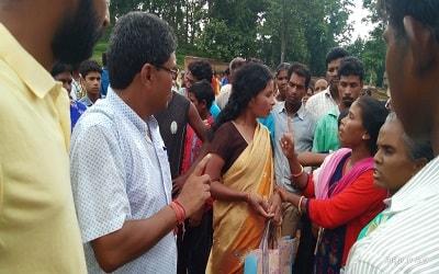 <p>गुमला :चैनपुर प्रखण्ड मुख्यालय में पिछले कई महीनों से लोग गुरुवार को लगने वाली सप्ताहिक बाजार में चोरों के आतंक से परेशान थे | कई गरीब लोग दूर-दराज के गांव से अपनी जरूरत का…