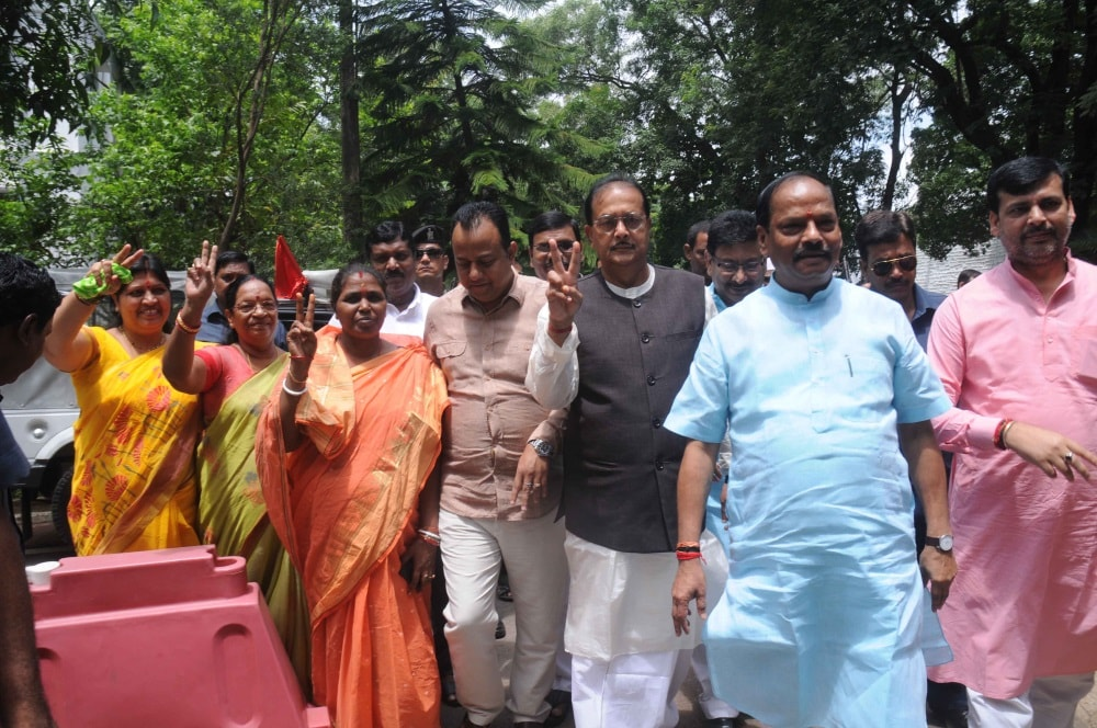 <p>Jharkhand Chief Minister Raghubar Das (2nd_R) along with his cabinet ministers and MLAs after casting their votes for Presidential election in Ranchi on Monday.</p>