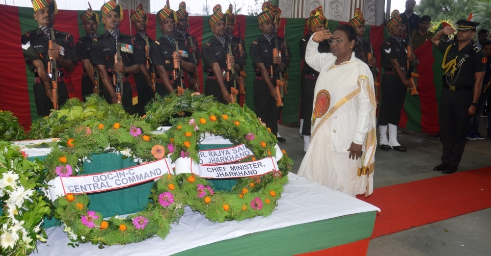 <p>Hon'ble Governor Draupadi Murmu today visited Ranchi Airport and paid homage to Jaiprakash Uraon a tropperof Assam Rifles who was martyred whilefighting militants…