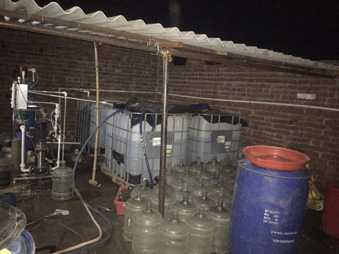 <p>Police busted fake foreign liquor manufacturing factory under Maniyidih police station in Dhanbad.About 2000 liters of liquor, 4500 liters of Spirit, hundreds of English liquor…