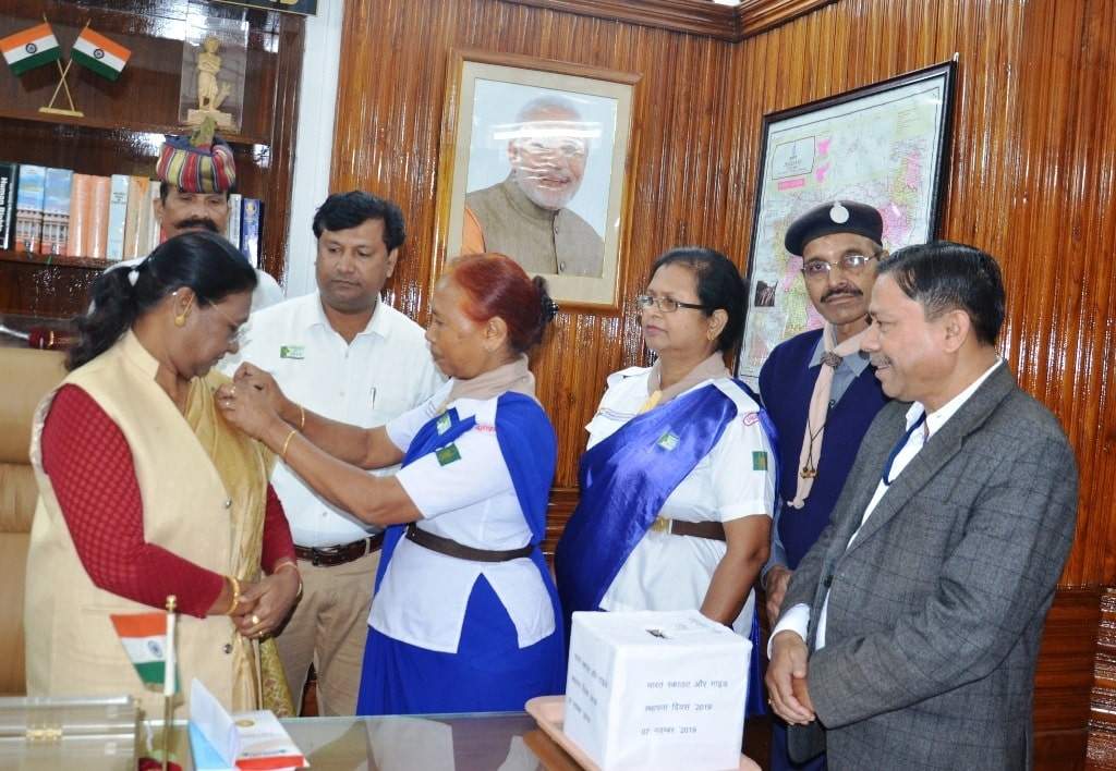 <p>Hon'ble Governor Draupadi Murmu today met officials of Bharat Scout and Guide at Raj Bhavan on the occasion of the foundation day on dated 07/11/2019</p>